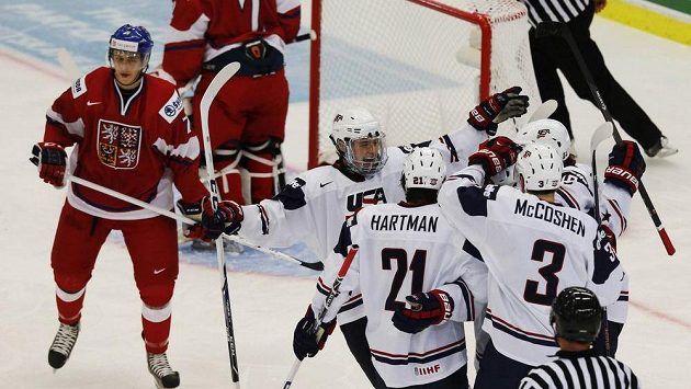Hokejisté Spojených států amerických se radují z branky do české sítě. Vlevo smutný Libor Šulák.