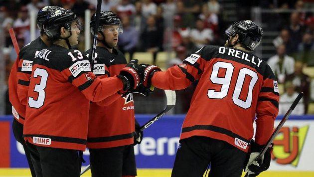 Kanadský hokejista Josh Bailey slaví se spoluhráči gól v utkání s Dánskem.