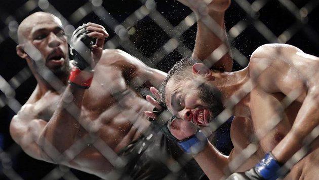 Jon Jones (vlevo) útočí. Dominick Reyes se brání proti kopu na hlavu.