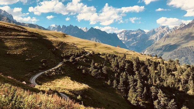Gruzie - panoramata hor vybízejí k výběhu.