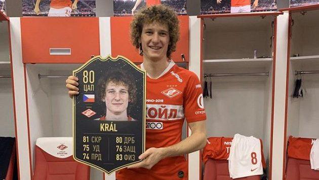 Sešívaní jdou najisto... Alex Král se v kabině Spartaku pyšní osobní kartou pro videohru FIFA 20.