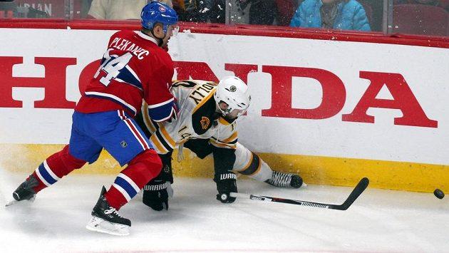 Tomáš Plekanec (vlevo) z Montrealu svádí souboj u mantinelu s Brettem Connollym z Bostonu.