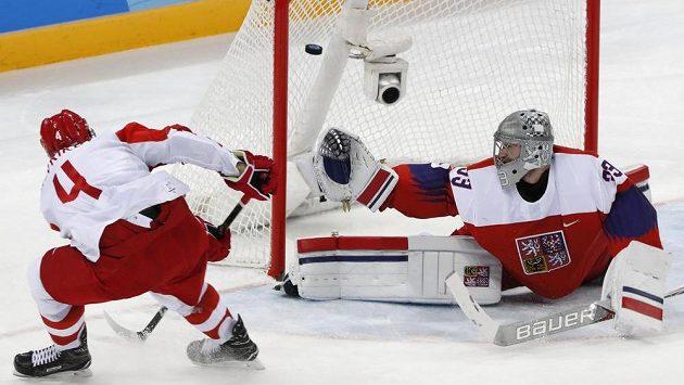 Vladislav Gavrikov překonává Pavla Francouze v semifinále olympijského turnaje.