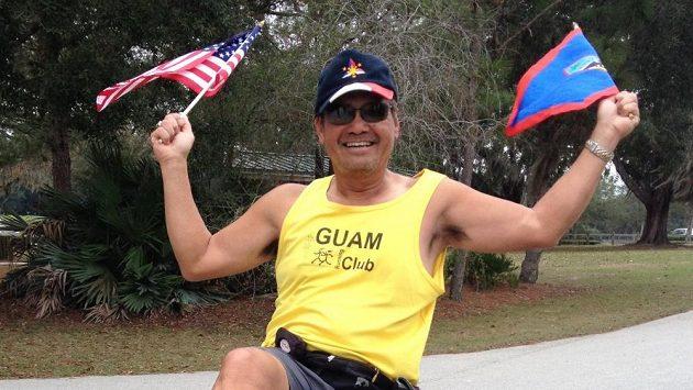 Eddie Vega běhá bez bot, aby k nim dopomohl jiným.