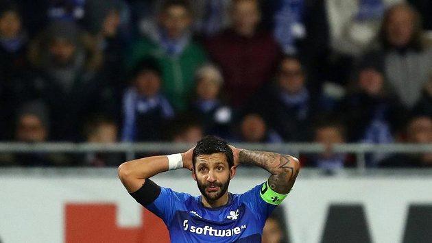 Kapitán fotbalistů Darmstadtu Aytac Sulu během zápasu s Hamburkem.