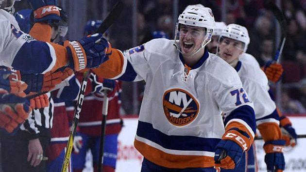 Anthony Beauvillier z New Yorku Islanders oslavuje svůj gól proti Montrealu.