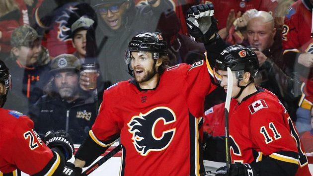 Útočník Calgary Flames Michael Frolík (vlevo) slaví gól v utkání NHL proti Arizoně.