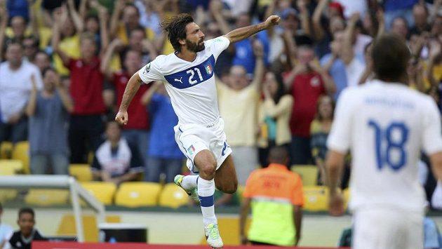 Italský reprezentant Andrea Pirlo oslavuje svou parádní trefu do sítě Mexika v utkání Poháru FIFA.