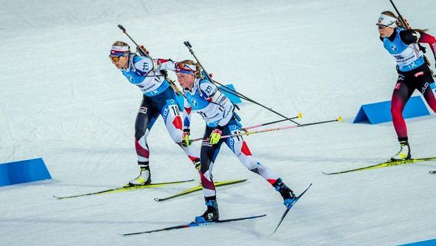 Lucie Charvátová (vlevo) s Markétou Davidovou ve stíhacím závodu