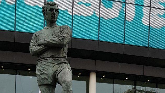 Nad hlavním vchodem stadionu ve Wembley se tyčí socha kapitána mistrů světa 1966 Bobbyho Moorea.
