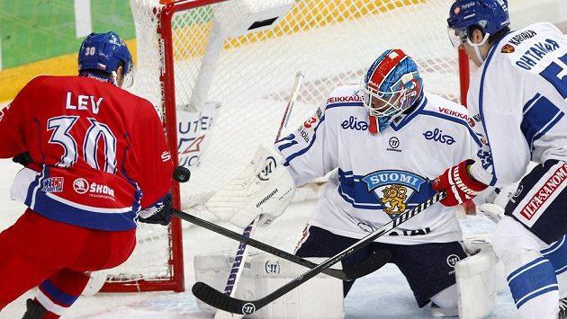 Český útočník Jakub Lev na finského brankáře Juhu Metsolu nevyzrál. Zcela vpravo je zadák Atte Ohtamaa.