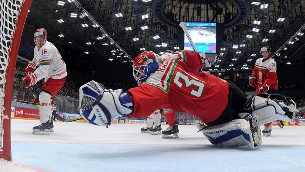 Maďarský gólman Miklós Rajna v akci proti Geoffu Plattovi z Běloruska.