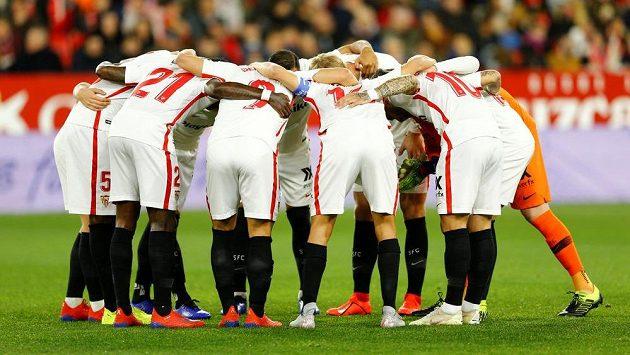 Fotbalisté FC Sevilla před začátkem pohárového duelu se slavnou Barcelonou. Nakonec ji Sevilla doma porazila 2:0.