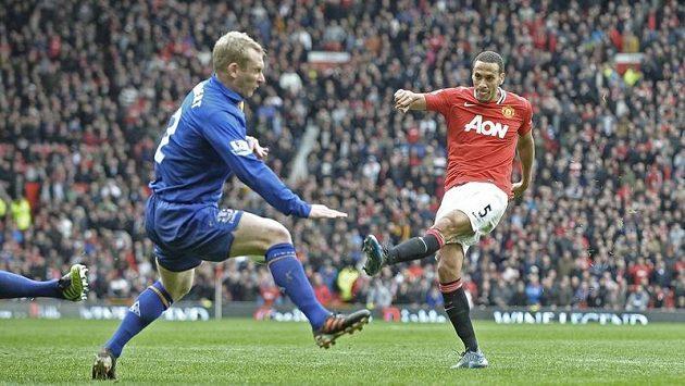 Rio Ferdinand pálí v duelu Premier League proti Evertonu, střelu se snaží zblokovat Tony Hibbert