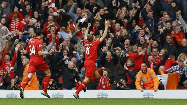 Obránce Liverpoolu Martin Kelly (vlevo) se raduje společně se Stevenem Gerrardem z gólu. Ilustrační foto.