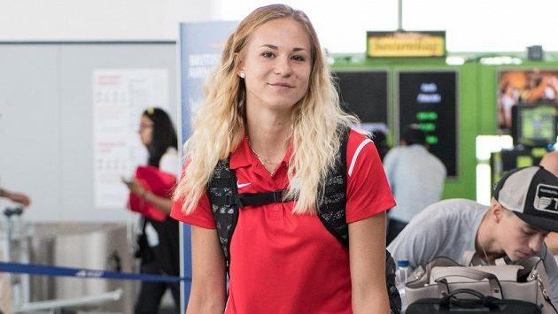 Amálie Švábíková během odletu atletické výpravy na MS do Londýna.