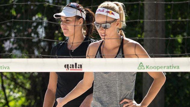 Plážové volejbalistky Markéta Sluková (vpravo) a Barbora Hermannová během přípravy v Praze.