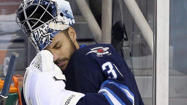 Frustrovaný Ondřej Pavelec při utkání s Calgary.