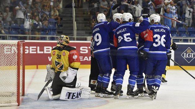 Hokejisté Brna se radují z gólu. Vlevo je brankář Kuopia Denis Godla.