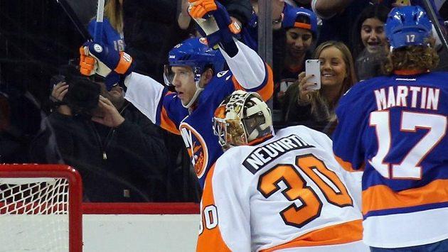 Brankář Philadelphie Michal Neuvirth inkasuje z hole Nikolaje Kuljemina v utkání s New Yorkem Islanders.