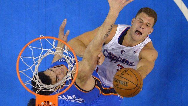 Basketbalista Los Angeles Clippers Blake Griffin (vpravo) střílí přes bránícího hráče týmu Oklahoma City Thunder Stevena Adamse.