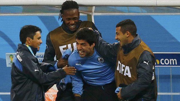Luis Suárez (uprostřed) mohl se spoluhráči slavit výhru nad Anglií.