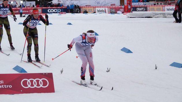 Petra Nováková (vpředu) při závodu Tour de Ski v Oberstdorfu.