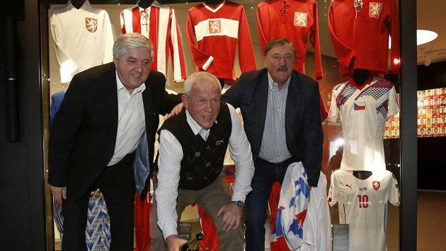 Karol Dobiaš (vlevo), Ivo Viktor (uprostřed) a Antonín Panenka křtí hvězdu připomínající vítězství českých fotbalistů na evropském šampionátu v Bělehradu v roce 1976.
