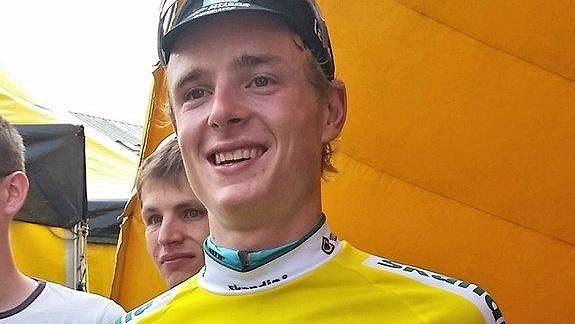 Petr Vakoč ve žlutém dresu pro lídra závodu.