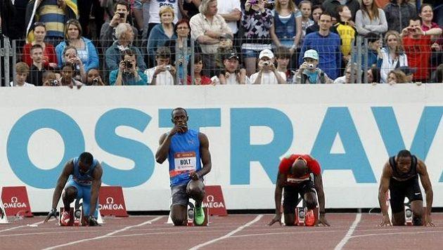 Usain Bolt (uprostřed) doplatil na ulitý start na MS
