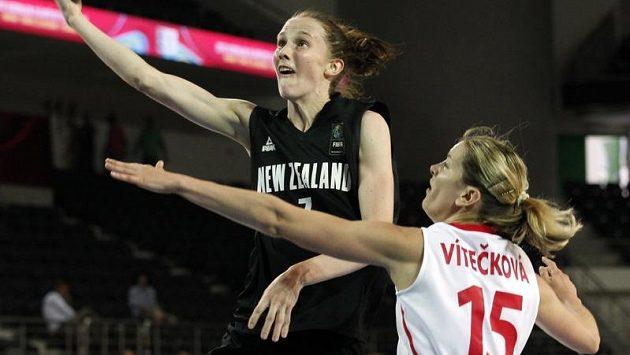 Eva Vítečková se snaží zastavit Antonii Edmondsonovou z Nového Zélandu.