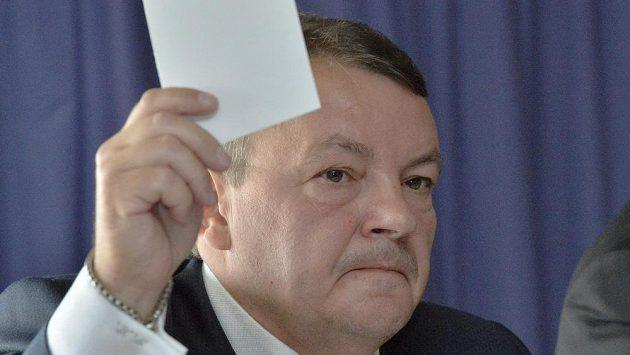 Předseda Českého svazu ledního hokeje Tomáš Král při volbě komisí.
