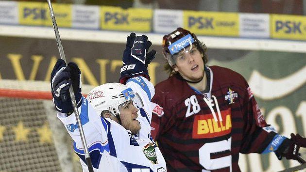 Vojtěch Němec z Brna se raduje z druhého gólu, vpravo Martin Gernát ze Sparty.