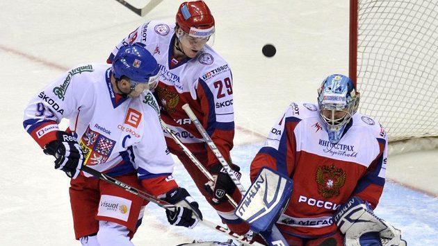 Kapitán českého týmu Nedvěd se před gólmanem Jerjomenkem snaží tečovat puk.