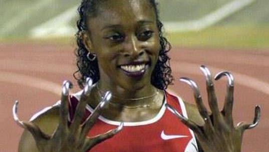 Americká sprinterka Gail Deversová. Líbí se vám její nehty?