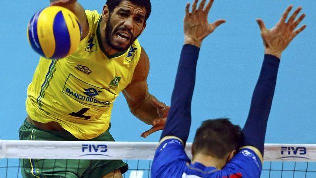 Brazilský volejbalista Wallace De Souza (vlevo) smečuje v semifinálovém duelu MS proti Francii, brání Kevin Tillie.