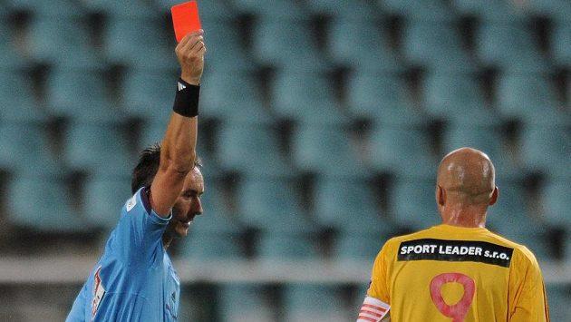 Rozhodčí Petr Ardeleánu ukazuje červenou kartu Janu Vorlovi z Dukly.