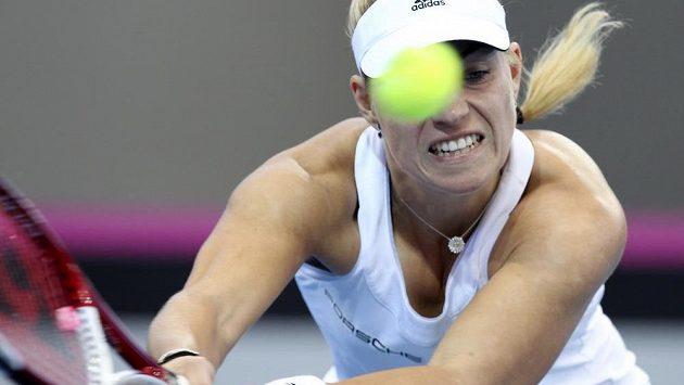 Německá tenistka Angelique Kerberová při fedcupovém souboji s Australankou Samanthou Stosurovou.
