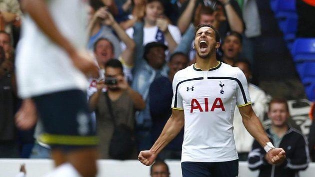 Nacer Chadli z Tottenhamu se raduje z gólu.
