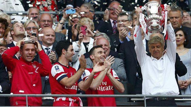 Arséne Wenger (vpravo) po devíti letech letos znovu zvedl trofej - se svým Arsenalem vyhrál Anglický pohár.