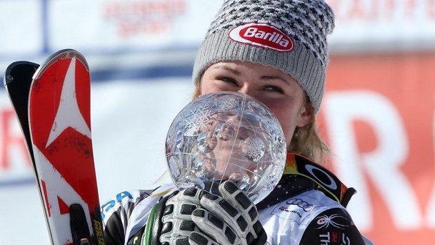 Američanka Mikaela Shiffrinová vyfoukla letošní suverénce Mazeové malý glóbus ze slalomu.