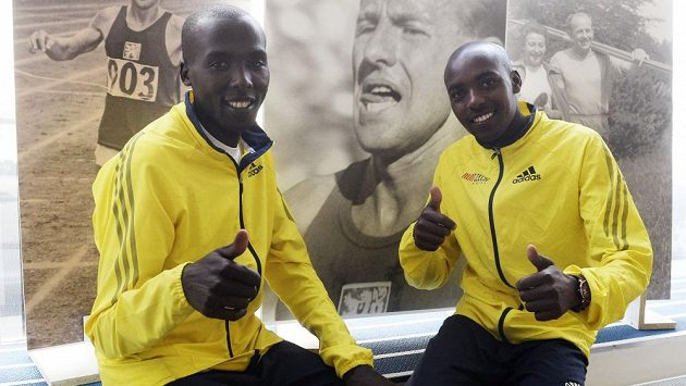 Keňští členové Run Czech Racing týmu Nicholas Bor (vpravo) a Benson Motto.
