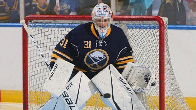 Hokejový brankář Drew MacIntyre v dresu Buffala (ilustrační foto).