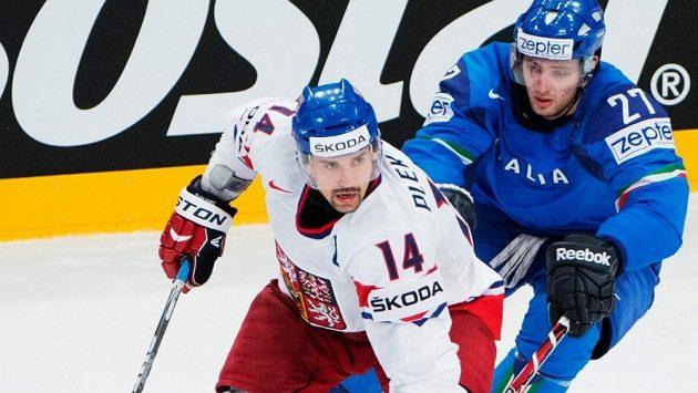Tomáš Plekanec (vlevo) v souboji s italským zadákem Thomasem Larkinem na MS v roce 2012 ve Stockholmu.