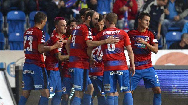 Plzeňští fotbalisté se radují z gólu proti Karviné.