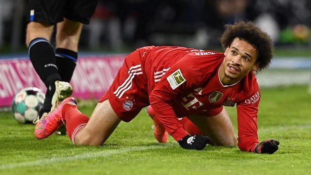 Fotbalisté Bayernu Mnichov v nejvyšší německé soutěži nečekaně klopýtli s Bielefeldem. Na snímku klečí na trávníku Leroy Sané.