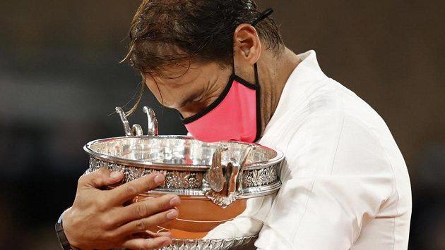 Rafael Nadal se laská s Pohárem mušketýrů pro vítěze grandslamového French Open v Paříži.