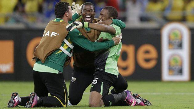 Senzo Meyiwa (uprostřed) se už nikdy do fotbalové branky nepostaví.