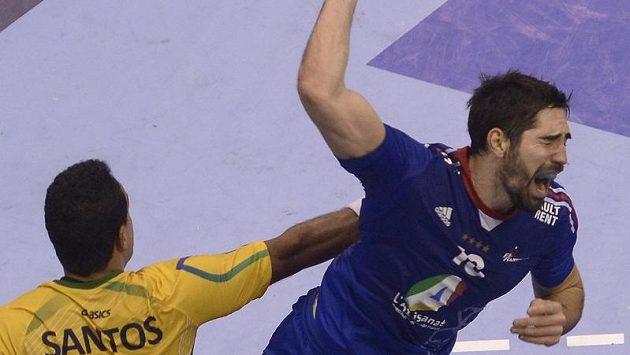 Francouz Daniel Narcisse (vpravo) v souboji s Brazilcem Thiagusem Santosem v utkání mistrovství světa v házené.