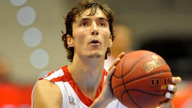 Nymburský Jiří Welsch v utkání Evropského poháru ULEB basketbalistů proti Budivelniku Kyjev.